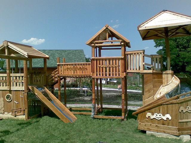 Деревянная площадка для игр