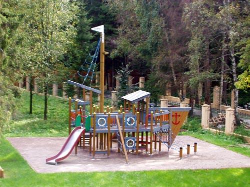 Детская площадка в виде кораблика