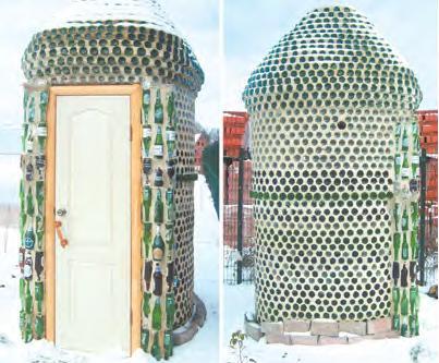 Стеклянные бутылки - украшение дачного туалета