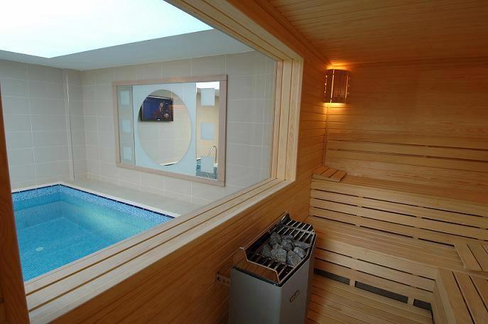Деревянная баня с бассейном